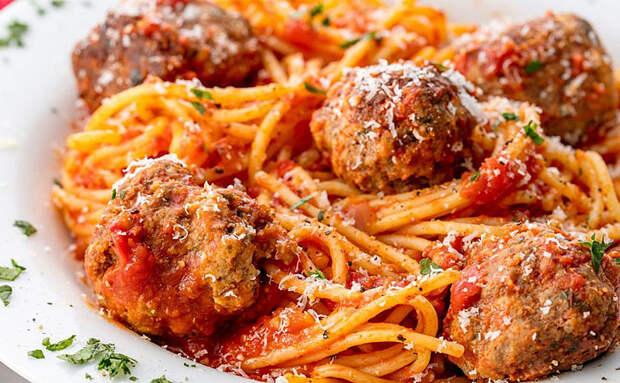 Добавляем к макаронам фрикадельки и готовим вместе. Рецепт из Италии