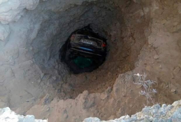 В Крыму автомобиль, падая в море, застрял внутри скалы