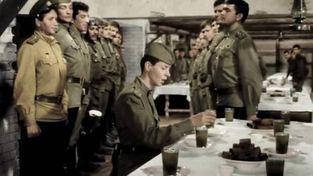 Известный фрагмент фильма «В бой идут одни старики», где Кузнечик просит заменить компот на свои законные 100 граммов за сбитый самолёт. /Фото: topwar.ru