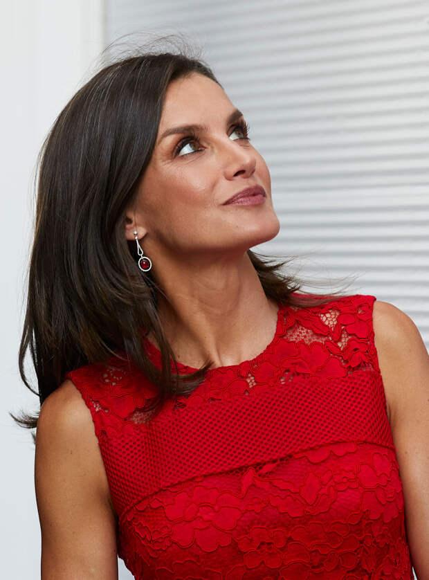 Летиция в красном платье Carolina Herrera