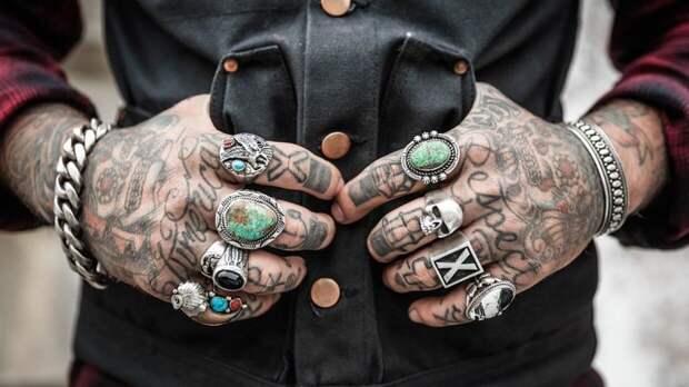 Мастер татуировок попался на камеру за съемкой интимных мест клиентки