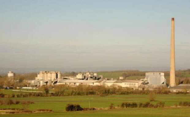 В Уилтшире взорвана 122-метровая заводская труба