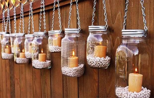 Оригинальная подсветка дачного участка с помощью стеклянных банок и свечей.