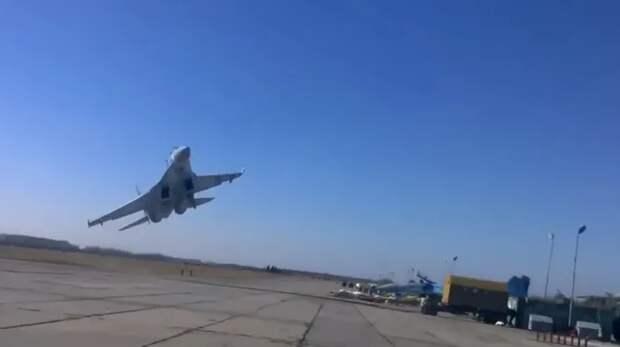 Опасный маневр истребителя Су-27 ВВС Украины (видео)