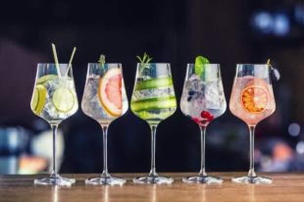 Бокал с фруктами. Какие коктейли приготовить для жаркого выходного дня