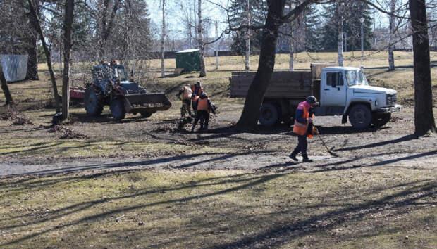 Более 40 человек убирают скверы и парки Петрозаводска после зимы