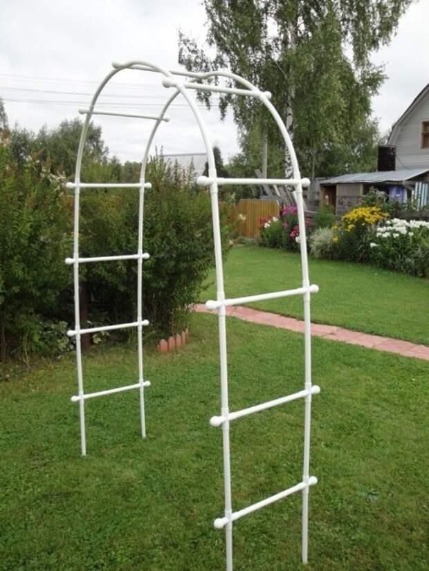 Трубы могут стать опорой для растений. / Фото: salvabrani.com