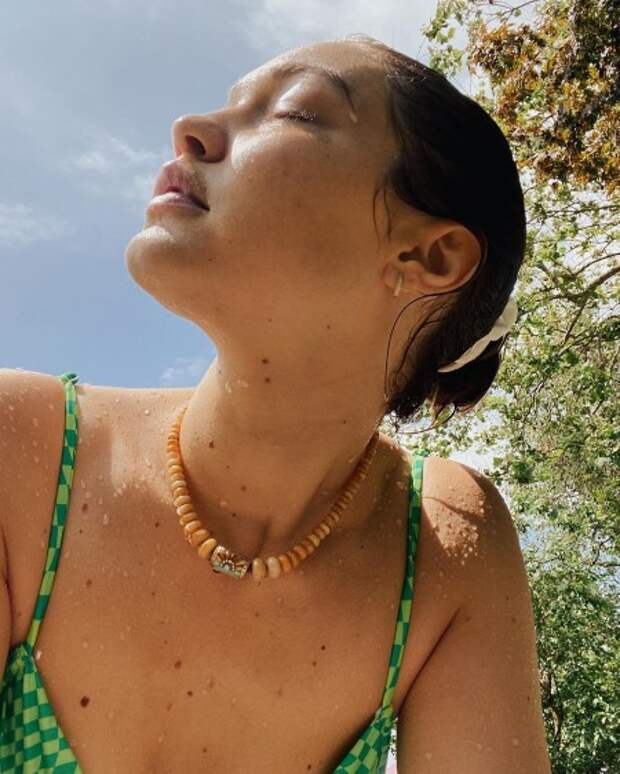 Синхронное плавание: новые фото Джиджи Хадид с дочерью в одинаковых купальниках
