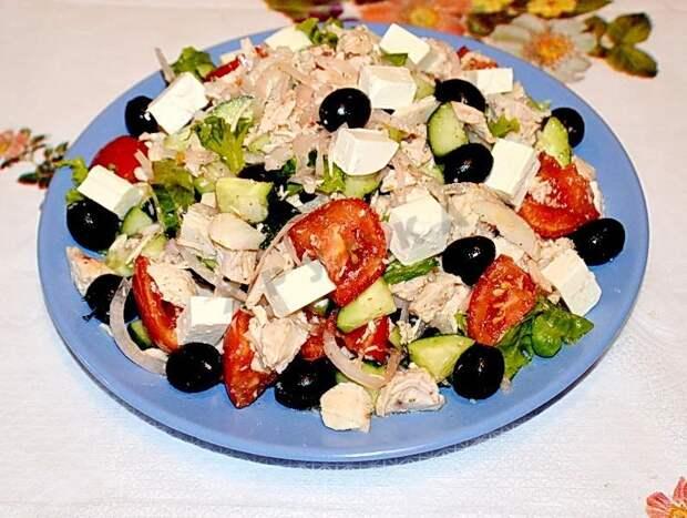 Салат с маслинами и курицей.
