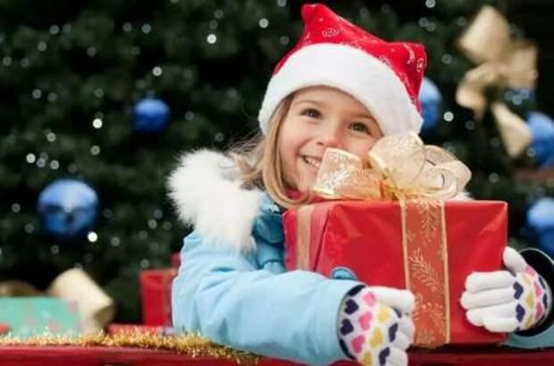 Девочка получила от Деда Мороза