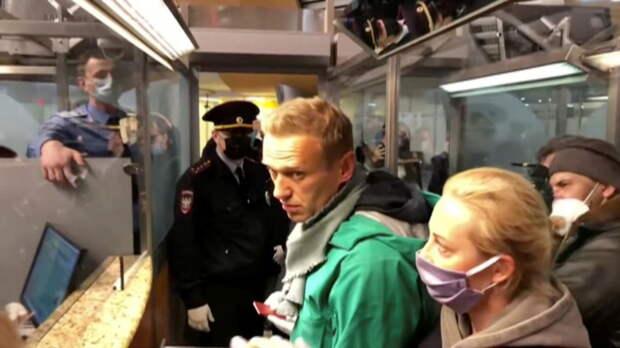 «Многократные нарушения испытательного срока»: Навальный задержан в аэропорту Шереметьево