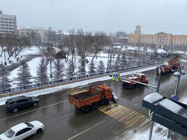 Более 35 единиц техники устраняют последствия снегопада в Иркутске