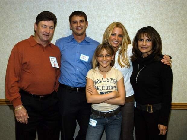 Бритни Спирс с семьей и отцом (крайний слева), нулевые годы
