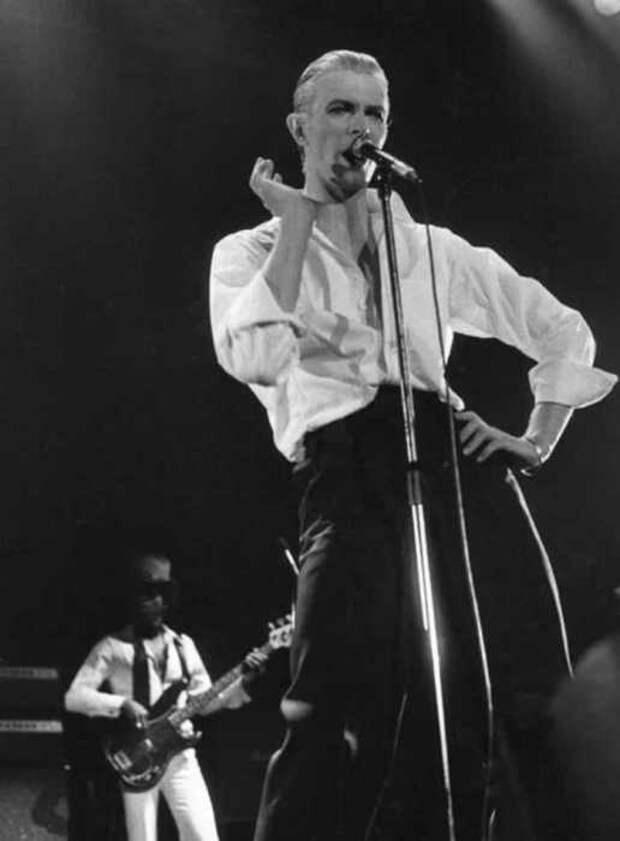 Дэвид Боуи на стадионе Уэмбли во время тура «Station To Station», 1976 год.