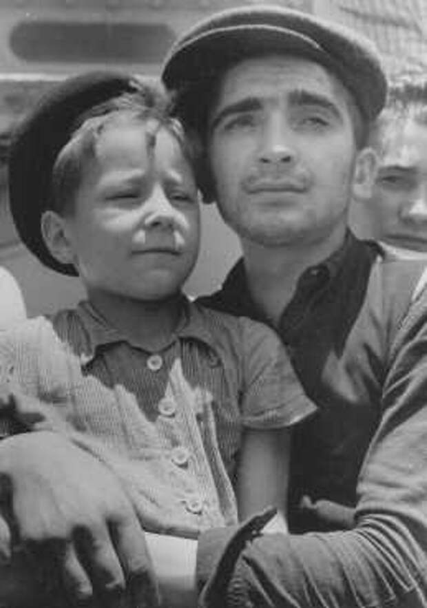 8-летний Исраэль Меир Лау по прибытии в Хаифу, 1945 г.
