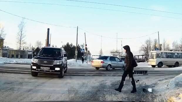 Картинки по запросу Land Cruiser устроил аварию и сбил пешехода