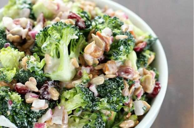 Салат с брокколи, орехами и клюквой. \ Фото: dieta-pro.