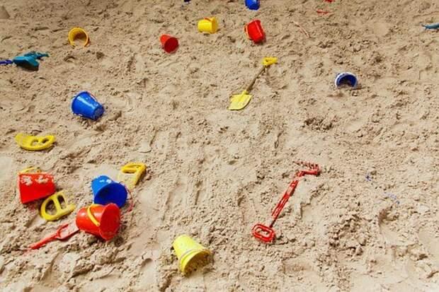 Песочницу во дворе дома в Ясном проезде привели в порядок