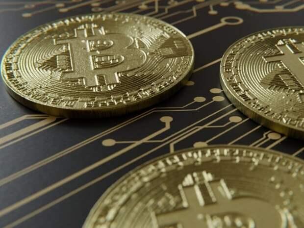 Стоимость биткоина упала почти наполовину