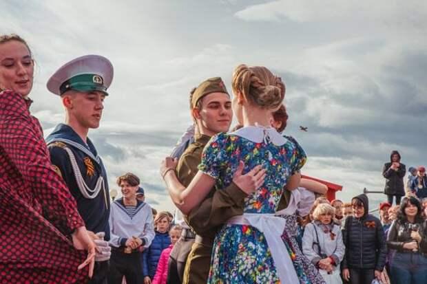 Цветастые платья и живая музыка: жители Владивостока закружились в победном вальсе (ФОТО)