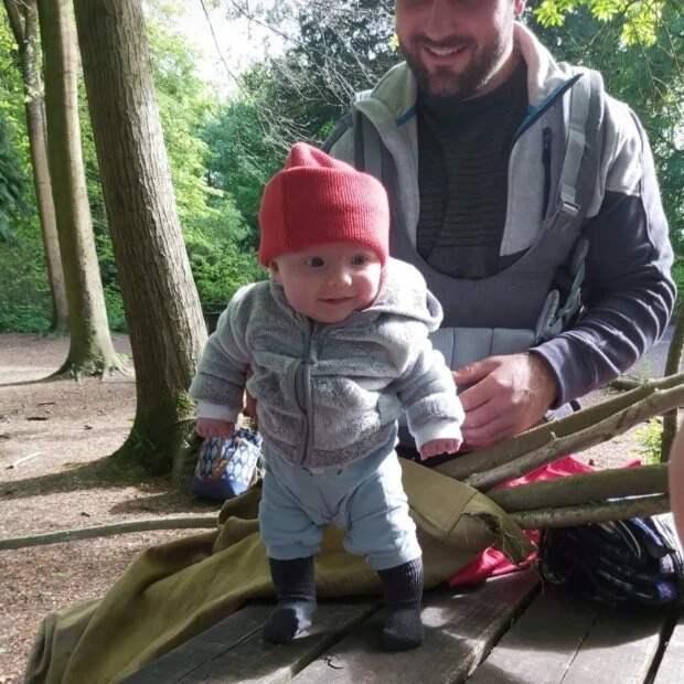 Чудо-девочка: малышка изВеликобритании встала наноги в8 недель