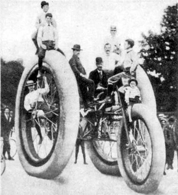 Гигантский трехколесный велосипед в 1896 году
