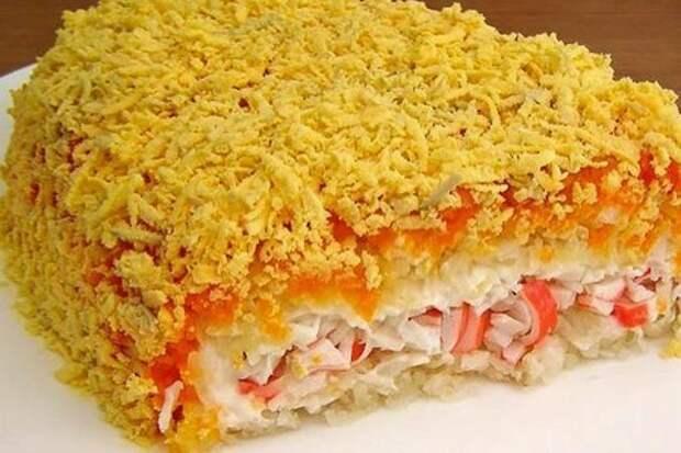 Фото к рецепту: Слоёный салат с крабовыми палочками