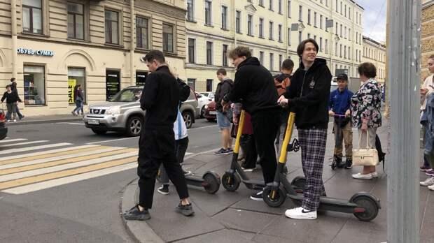 Петербуржцам запретили ездить на электросамокатах по центру города
