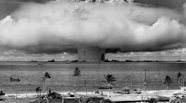 Реактор BVIII Считается, что немецким ученым не хватило времени на разработку действующей модели ядерного взрывного устройства. Вот только уже после войны в СССР стартовала программа по обогащению урана, над которой работали пленные немецкие ученые. По информации военного эксперта Райнера Карльша (а его специализация как раз таки утекшая из Рейха технология), у нацистов даже был свой ядерный реактор. Данные о модели BVIII сегодня достоверными не считаются, за отсутствием доказательной базы, но по косвенным сведениям Германия успела не только создать, но и провести испытания миниатюрной ядерной бомбы.