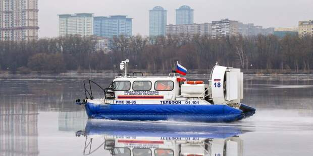Автомобилист испытал на прочность лед Головинского пруда