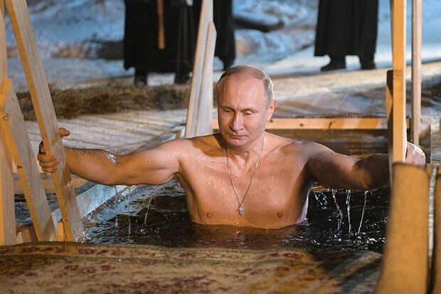 Британские пользователи восхитились крещенскими купаниями Путина и сравнили его с Джеймсом Бондом