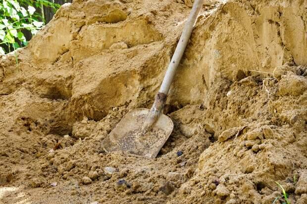 Коммунальщики забрали песок со двора на Снежной для ремонта тротуара – местные жители