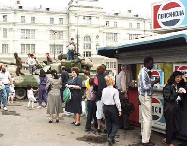 «А негр подумал: ученья идут». 1991. Крымская площадь.