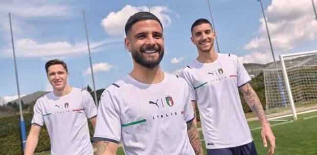 Сборная Италии представила выездную форму. На футболке есть надпись Italia, лого Puma и FIGC – по центру