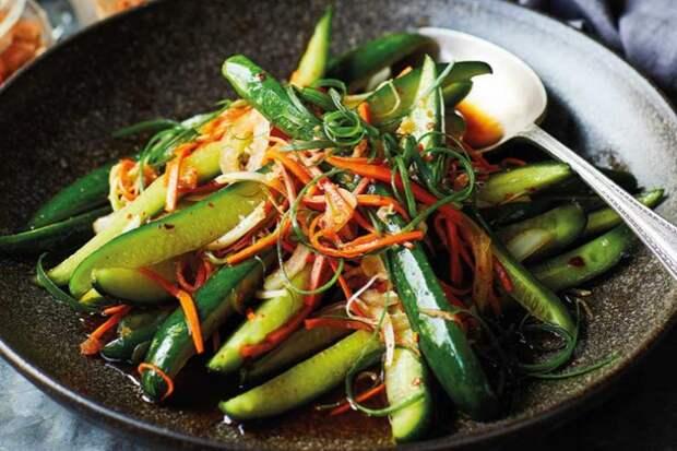 Скучные огурцы стали главным салатом на столе: приготовили как морковь по-корейски