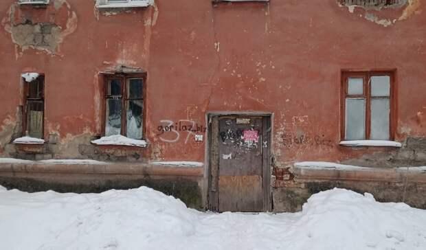 Как игра на выживание: на глазах у жильцов дом разваливается на части в Нижнем Тагиле