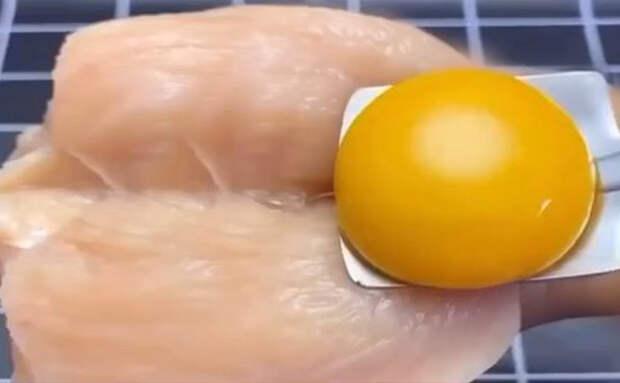 Взбиваем куриную грудку с яйцом и получаем колбасу такую же нежную, как паштет