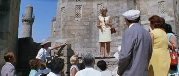 Супруга Никулина инструктирует туристов (кадр из фильма)