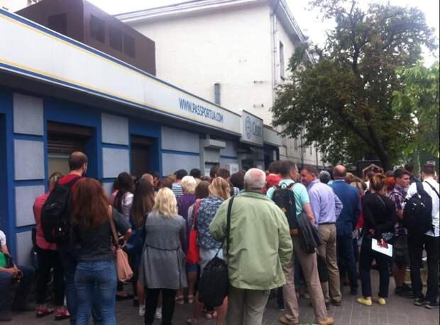Три дня до безвиза: украинцы недовольны условиями получения биометрических паспортов