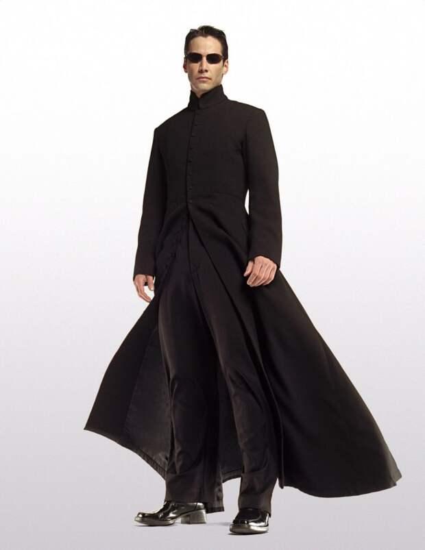 Хотите ещё религиозных отсылок? Фирменный наряд Нео — не что иное, как слегка переделанная сутана католического священника.