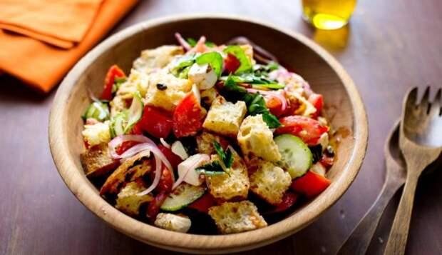 Хлебно-овощной салат. \ Фото: kulinarissimo.com.