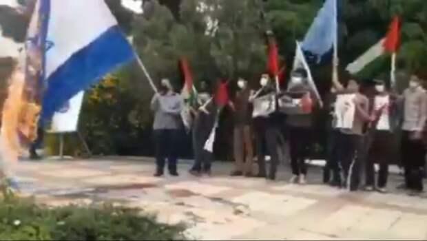 Иранский демонстрант попытался сжечь израильский флаг, но загорелся сам. ВИДЕО