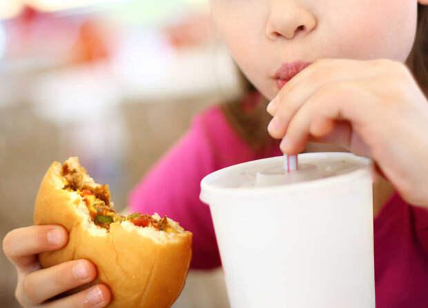 В Мексике частично запретили продажу детям сладких напитков и нездоровой пищи