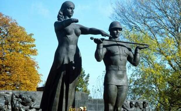 На фото: фрагмент монумента славы Советской Армии (скульпторы Дмитрий Крвавич, Эммануил Мисько, Ярослав Мотыка)