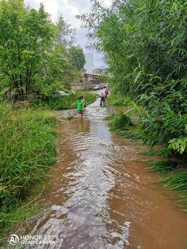 Жители Ижевска поделились в соцсетях фотографиями последствий сильного дождя