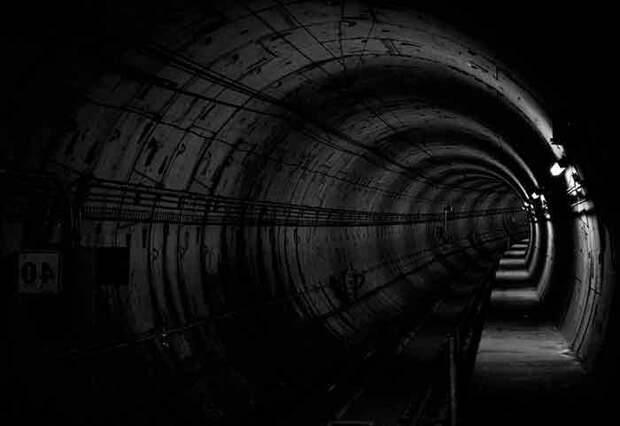 Поездка в метро немного напоминает передвижение в мире неорганических существ. А помните Матрицу - вторую часть? Полёты на корабле по тёмным туннелям и танец-оргия в Зионе - тёмной круглой пещере. Вачовски были знакомы с этим миром не понаслышке и во второй части попытались описать его и ловушки, в которые люди там попадают