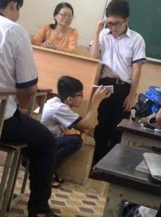 Школьник читает шпаргалку
