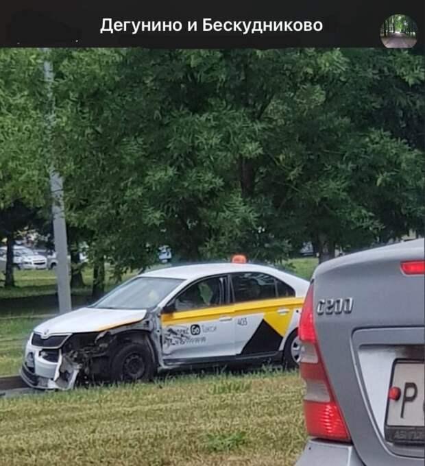В аварии на Дмитровке пострадал автомобиль такси