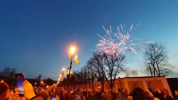 Жители Кронштадта восхитились праздничным салютом в честь Дня Победы