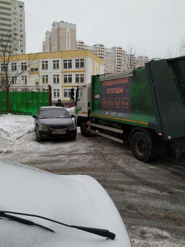 Машина помешала вывозу мусора на проспекте Защитников Москвы
